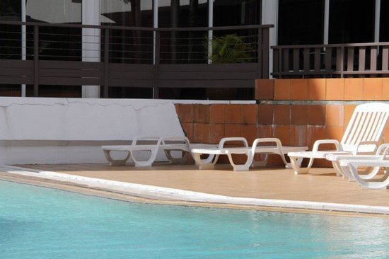 BEST WESTERN Le Saint Denis:                   Pool area in disrepair