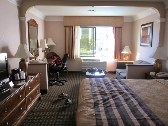BEST WESTERN PLUS Suites Hotel:                   Picture of room from the entry
