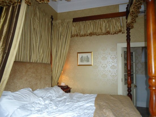 Butlers Town House Hotel:                                     bed
