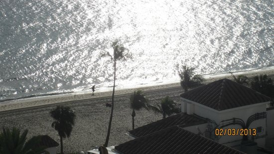 Beach Place Towers Fort Lauderdale:                   View of beach from room.