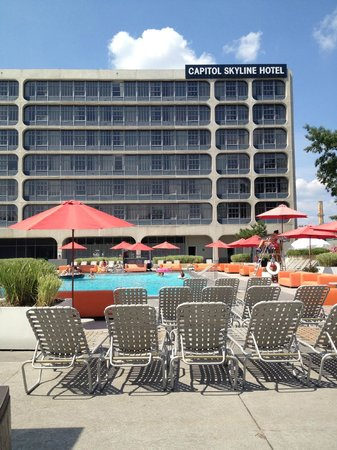 Capitol Skyline Hotel:                   the pool