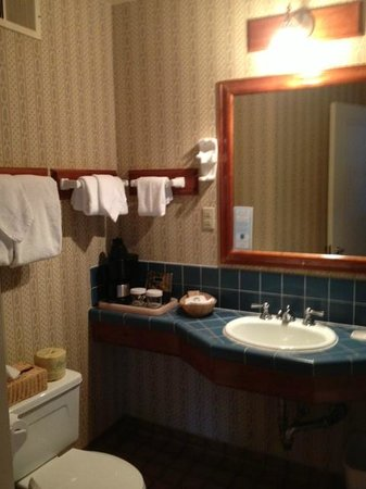 Benbow Hotel:                   The bathroom