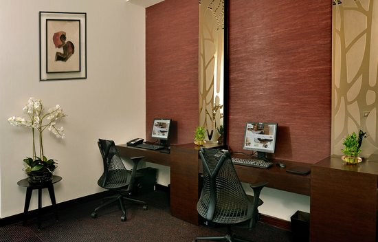 Hilton Garden Inn Gurgaon Baani Square India: The Business Center is equipped with state-of-the-art AV facilities and complimentary internet.