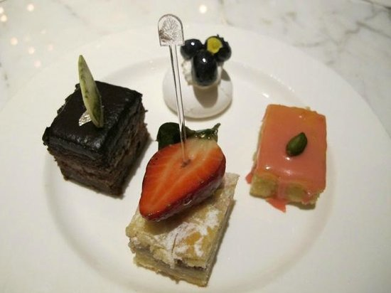 Pan Pacific Singapore:                   Yummy sweets!