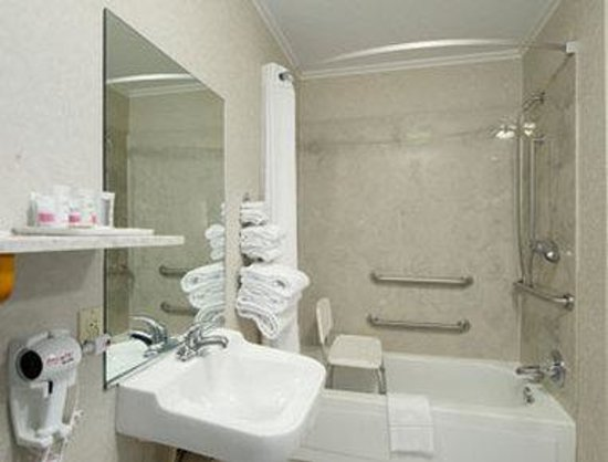 Howard Johnson Inn Lexington: Accessible Bathroom