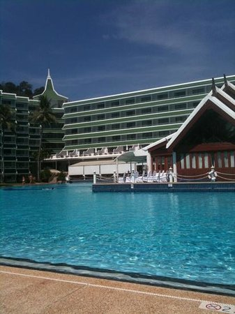 Le Meridien Phuket Beach Resort:                   プールサイド2