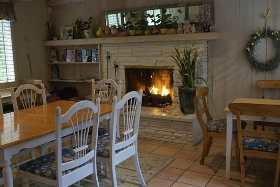 Carmel Country Inn:                   The breakfast room