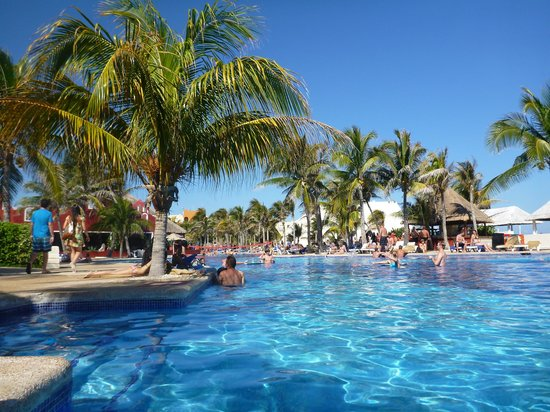 Oasis Cancun:                   Our favourite pool area