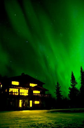 Talkeetna Chalet Bed & Breakfast: Northern Lights over the Talkeetna Chalet