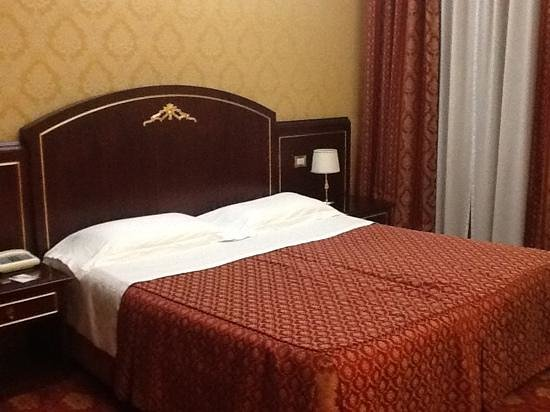 BEST WESTERN Hotel Mondial: Large bed