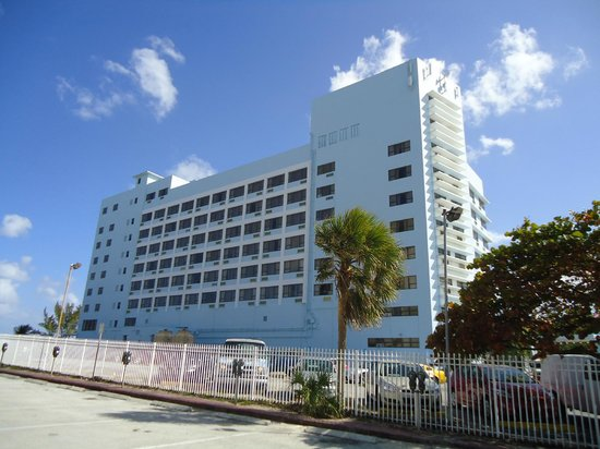 Howard Johnson Plaza Dezerland Beach:                   hotel desde av. collins