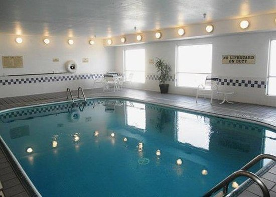 Quality Inn & Suites Coralville: Pool