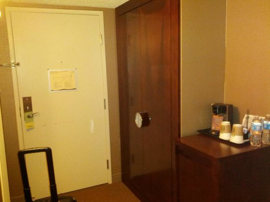 Sheraton Denver Tech Center Hotel: Room 715 - Entry and closet