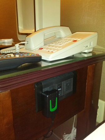 Sheraton Denver Tech Center Hotel: Room 715 - bedside outlets