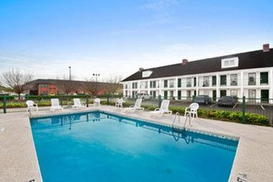 Baymont Inn & Suites Warner Robins: Pool