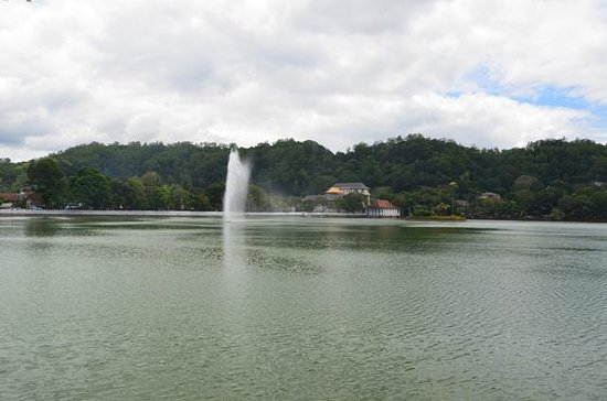 Queen's Hotel: Kandy lake