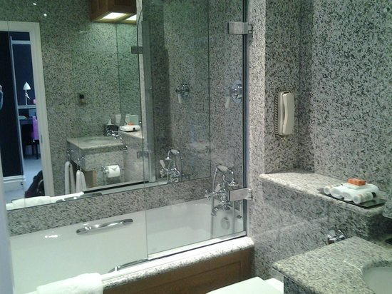 Knightsbridge Hotel:                   Room bath