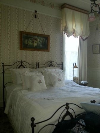 Britt Scripps Inn: Lovely bed