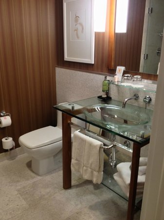 Hutton Hotel:                   beautiful bathroom