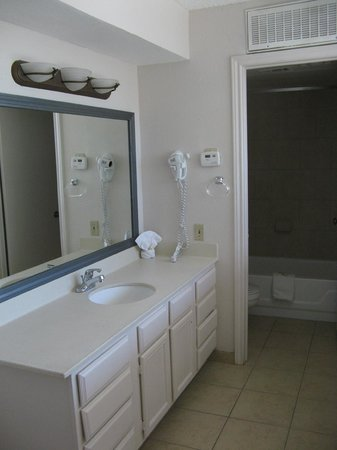 Hawthorn Suites by Wyndham Dallas Love Field: Upstairs vanity outside toilet and bathtub room