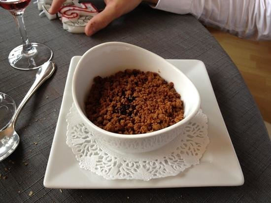 Chevreuse, Francja:                   crumble aux fruits rouges