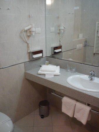 Hotel Aristos:                   bathroom