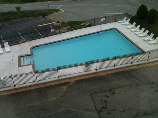 Holiday Inn Express Atlanta W (I-20) Douglasville: Hotel pool (just about to rain, looks better than in picture)