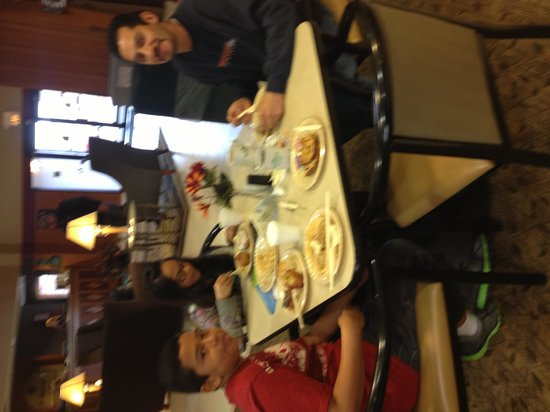 Wingate by Wyndham Pueblo: Family at breakfast.