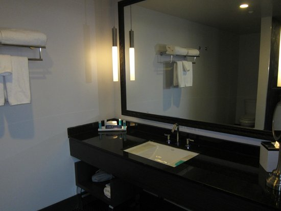 Padre Hotel: Modern but not well-lit bathroom in our room