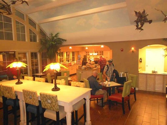 Hampton Inn & Suites Amelia Island-Historic Harbor Front:                   Notice the high ceilings, the room felt fresh and clean. Some breakfast bars a