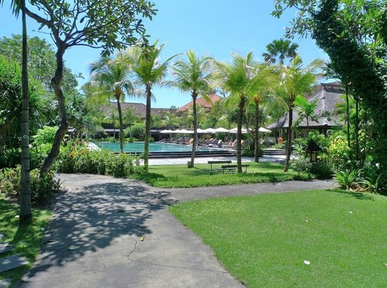 Hotel Santika Premiere Beach Resort Bali:                   Pool area
