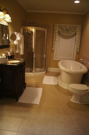 George Washington Inn:                   Presidential Suite Bathroom