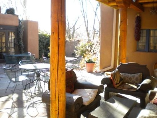 Hacienda Nicholas Bed &amp; Breakfast Inn: The outside common area, a bit cold in February.