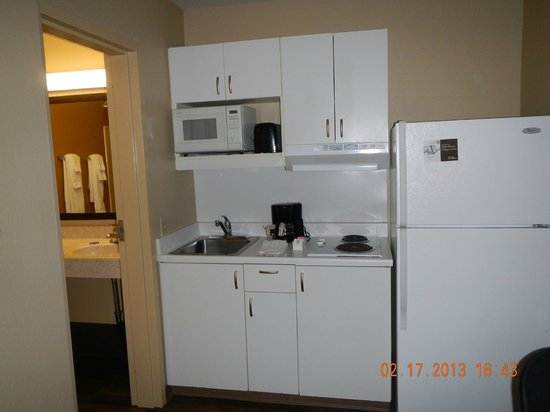 Extended Stay America - Bakersfield - Chester Lane: kitchen