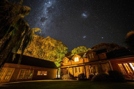 Wanaka Homestead Lodge and Cottages:                   Night view from garden