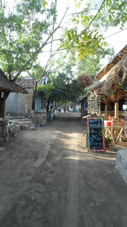 Coconut Cottages:                   il sentiero principale di Gili Air