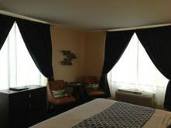 Econo Lodge: JACUZZI SUITE