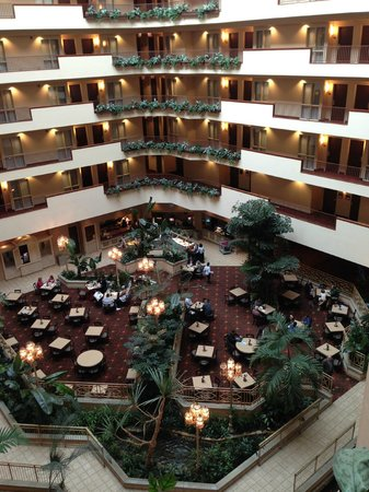 Embassy Suites Hotel Charleston: Amazing view of the courtyard from the 5th floor