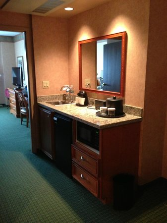 Embassy Suites Hotel Charleston: Middle of suite - sink, fridge, microwave, coffee maker