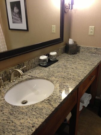 Embassy Suites Hotel Charleston: Beautiful sink area with lots of counter space