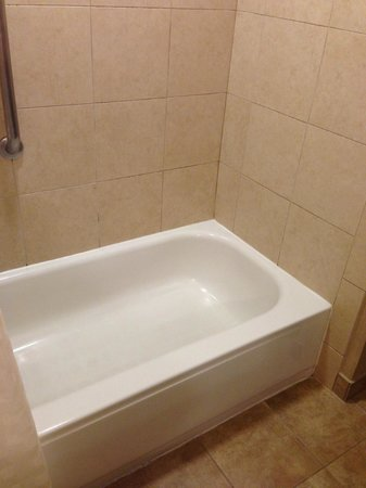 Embassy Suites Hotel Charleston: Bathtub (in suites with double beds) with very straight back
