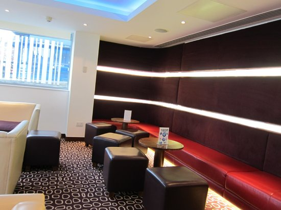 Holiday Inn Express London-Swiss Cottage:                   Lobby
