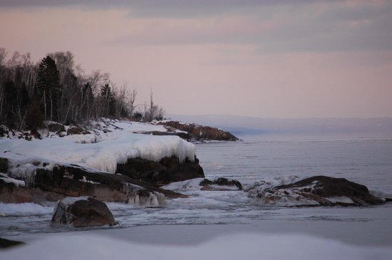 Schroeder, Μινεσότα:                   Lake Superior Shoreline from the desk of uinit 48.
