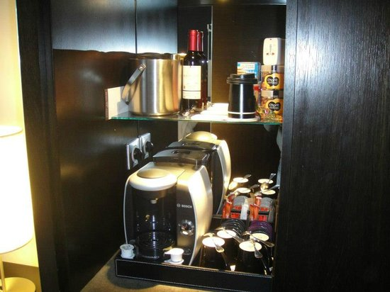 Renaissance Paris Arc de Triomphe Hotel:                   awesome kettle and mini bar stuff!