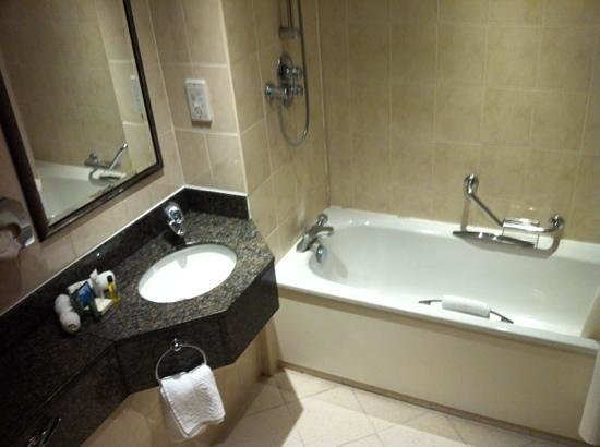 Hilton Bracknell:                   Bathroom