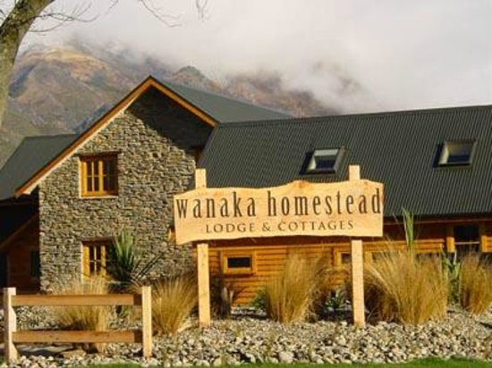 Wanaka Homestead Lodge and Cottages: Lodge from Mt. AspiringRd.