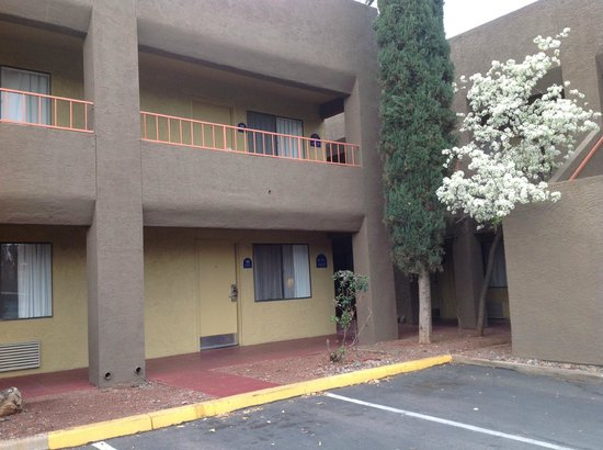 BEST WESTERN PLUS InnSuites Tucson Foothills Hotel & Suites: Outside Room 159, room on first fllor