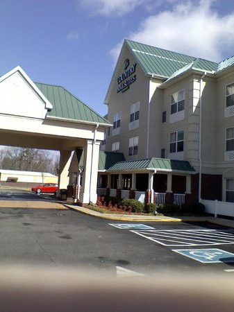 Country Inn &amp; Suites Chester: front of hotel