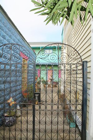 Creole Gardens Guesthouse Bed & Breakfast: Security Gate
