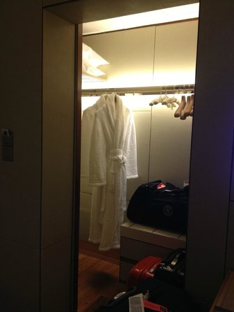 The Ritz-Carlton, Millenia Singapore:                   Walk in closet